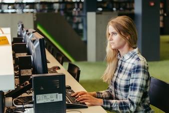 Fille étudiante à l'ordinateur