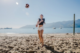 Fille jouant au beach-volley