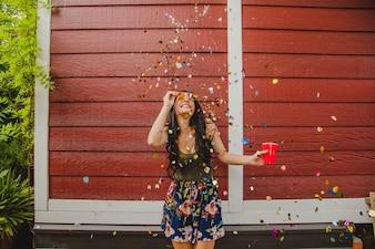 Fille joyeuse sous confettis