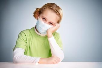 Fille protégée pour éviter les virus