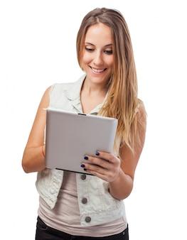 Fille qui joue avec une tablette