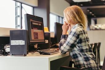 Fille utilisant l'ordinateur au collège