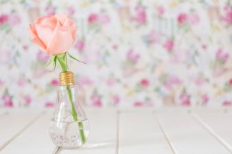 Fleur dans un vase avec une ampoule en forme