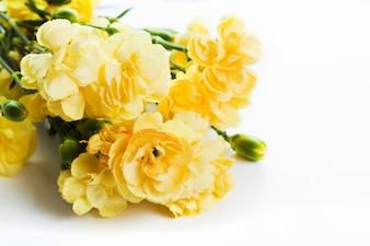 Fleurs jaunes sur une table
