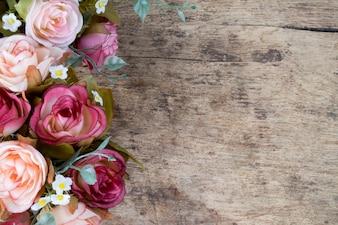 Fleurs roses sur fond de bois rustique. Espace de copie.