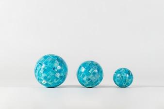 Fond blanc avec trois sphères bleues