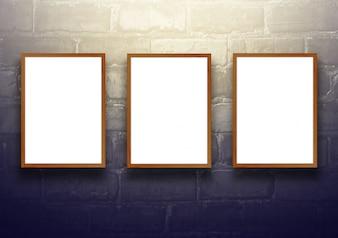 Fond d'écran avec panneau d'affichage en bois vide sur le mur en briques noir - bien utilisé pour les produits actuels. Vintage Toned.