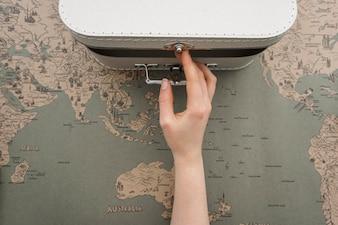 Fond Voyage avec la main ouvrir une valise