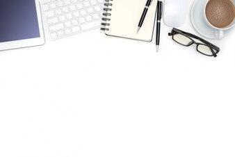 Fournitures de bureau avec tablette d'ordinateur sur un bureau blanc