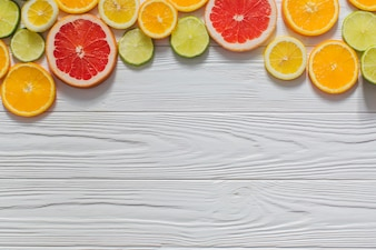 Fruits colorés sur la surface en bois pour l'été