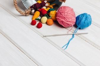Fruits et boules de laine