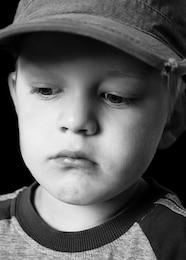 garçon gosse pensées enfant triste tristesse humeur jeune