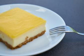 Gâteau au fromage avec garniture de citron