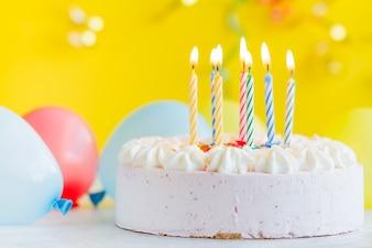 Gâteau aux bougies d'éclairage