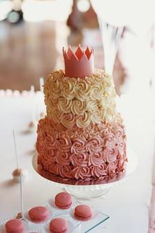 Gâteau d'anniversaire fatigué pour princesse recouverte de glaçage rose