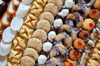 Gâteaux fantaisie sur table de banquet
