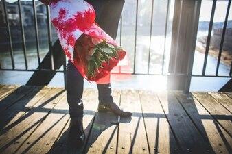 Gentleman à la rose bouquet sur un pont