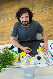 Graphiste Homme utilisant tablette graphique