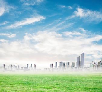 Gratte-ciel à la distance sur un jour de brouillard