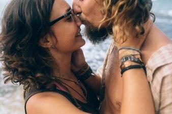 Gros plan couple embrassant en mer