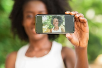 Gros plan de Black Lady Taking Selfie Photo Outdoors