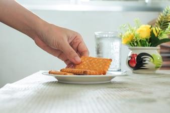 Gros plan de cueillir à la main Biscuits au beurre