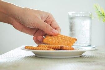 Gros plan de la cueillette à la main Biscuits au beurre