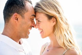 Gros plan de Rire Couple Touchant Avant