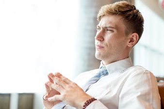 Gros plan de Tensed Business Man dans Office Lounge