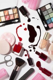 Gros plan des produits de maquillage pour les soins de beauté. Mode. Fond blanc brillant. Concept femme féminine.