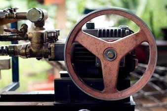 Gros plan du vieux moteur de tracteur