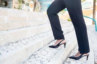 Gros plan, femme affaires, monter, escalier