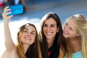 Groupe d'amis prenant le selfie dans la rue.