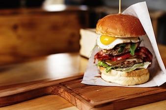 Hamburger avec de nombreux ingrédients