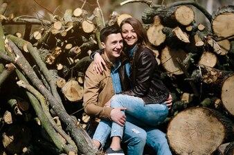 Heureux couple assis sur des rondins