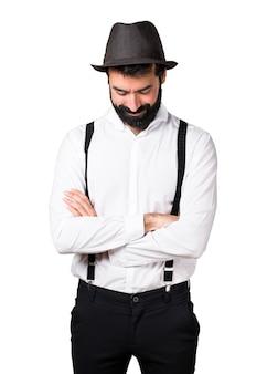 Hipster homme à la barbe regardant vers le bas