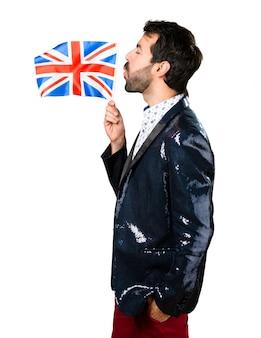 Homme avec une veste tenant un drapeau britannique