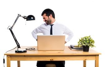 Homme d'affaires dans son bureau avec douleur dorsale