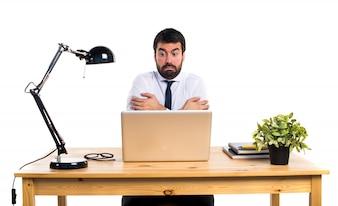 Homme d'affaires dans son bureau gelé