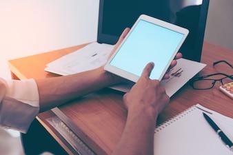 Homme d'affaires, mains, table, tablette, bureau