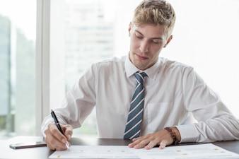 Homme d'affaires sérieux travaillant avec des diagrammes
