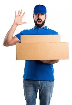 Homme de livraison frustré