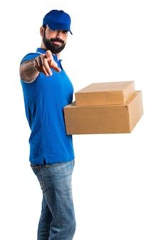 Homme de livraison pointant vers l'avant