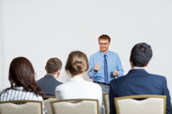 Homme donnant une conférence à un public