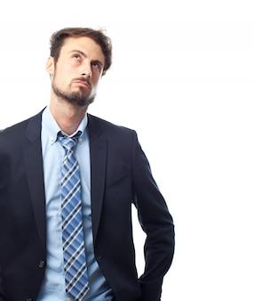 Homme en costume réfléchie