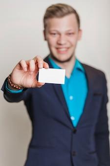 Homme en costume tenant carte de visite
