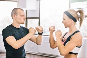 Homme et femme en position de boxe