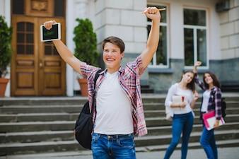 Homme excité et camarades de classe