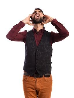 Homme frustré portant un gilet