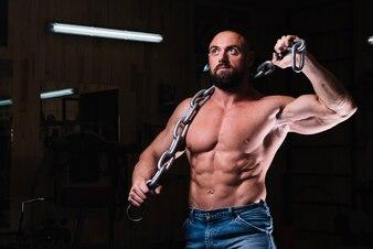 Homme mettant la chaîne sur ses épaules